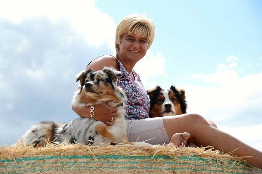 Daniela Hoffmann mit Therapiehund Smiley und Lia
